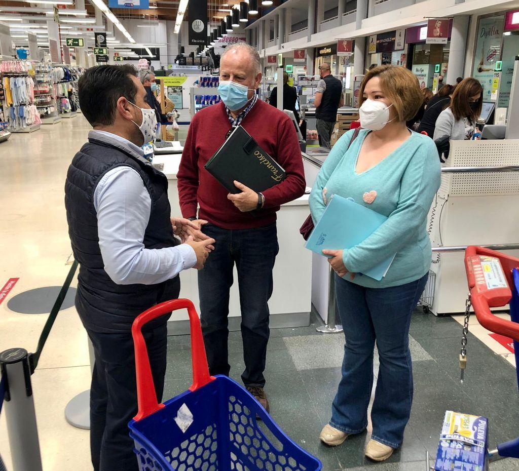 ALFIEL se reúne con Carrefour Almerimar para su colaboración en la REVISTA «de color lila»